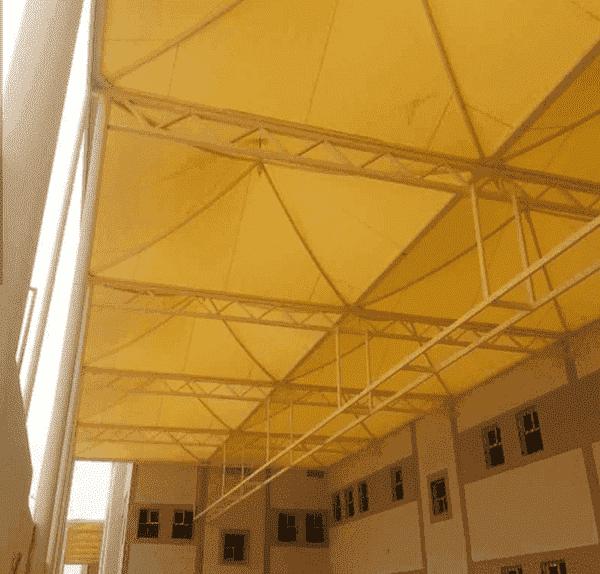 وفر مؤسسة مظلات وسواتر الرياض هذه المظلة لتغطية المدارس